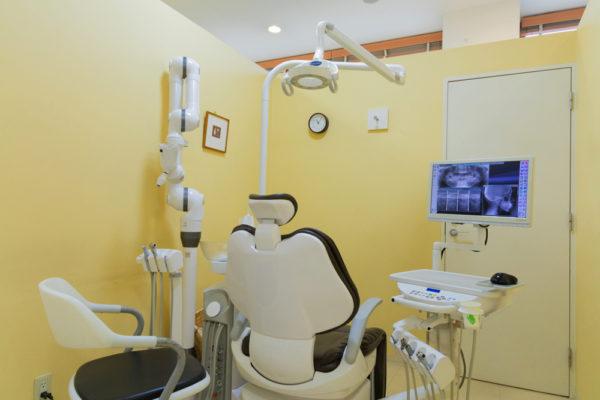 それぞれの診療チェアは独立した個室仕様としつつ、歯科医師の目が常に行き届くよう安全性も考慮した設計です。